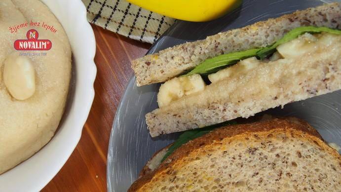 domáce mandľové maslo s bezlepkovým sendvičom